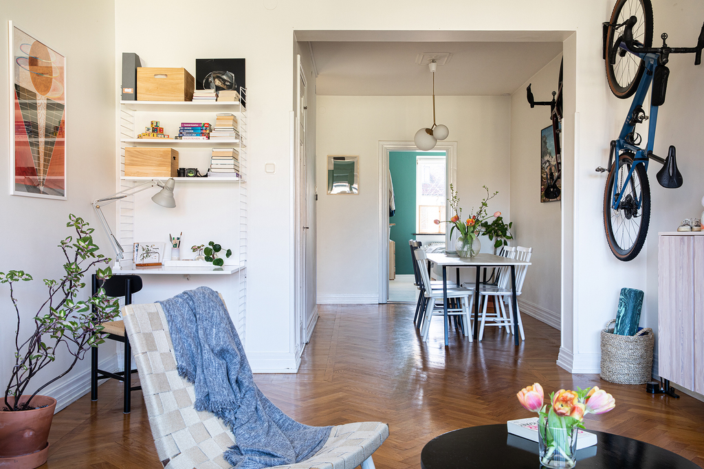 woonkamer met werkplek en eyecatcher