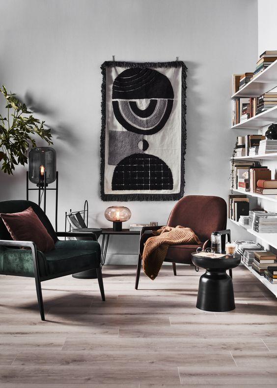 stoelen van karwei bij boekenkast