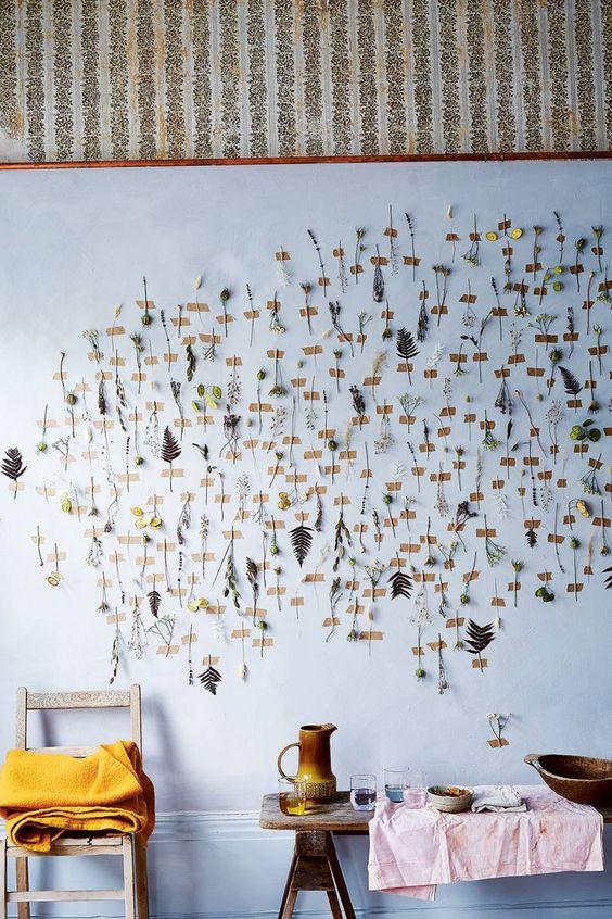 droogbloemen met tape op de muur